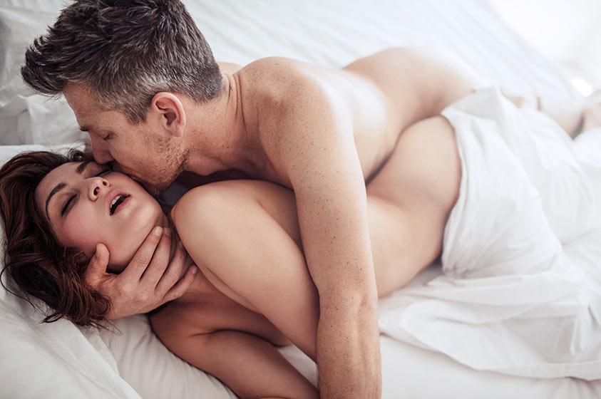 pareja sexo anal